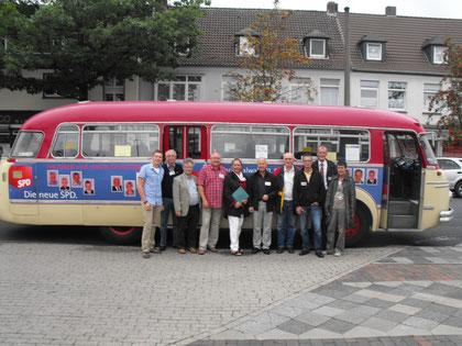 Vor dem Oldtimer-Bus der SPD