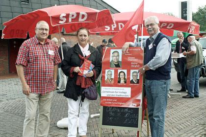 Howard JAcques, Angelika Unger und Dieter Wollmann vor dem Wahlplakat der SPD Voslapp, hier nochmals vielen Dank an den Designer Dennis Futterlieb