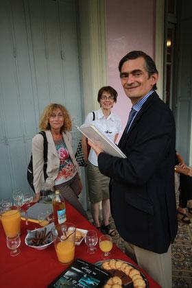Signature par l'Ambassadeur du Mexique du livre d'or de l'exposition sur le Chiapas présentée par la Médiathèque de Barcelonnette