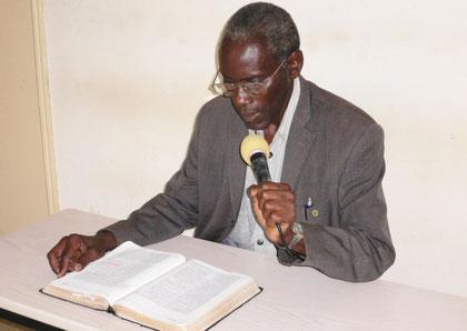 Prediger Christopher Katana liest die Bibel in der Sprache, die die meisten Batwa verstehen