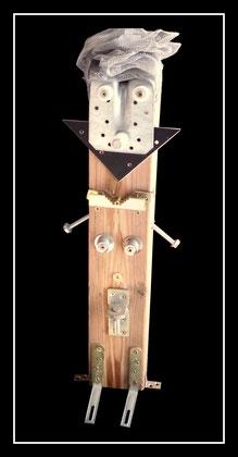 """""""Edith"""" Skulptur / Materialmontage / Sayalonga, im März 2013 / Holzbalken versehen mit diversen Metallen, Schrauben, weißen Plastikteilen, sowie Metallnetz / Balkenbreite 9,0 cm, maximale Höhe 58 cm / Werkverzeichnis 4.089"""
