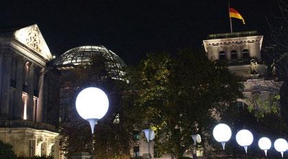 Lichtergrenze hinter dem Reichstag.  Foto: Helga Karl