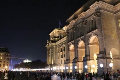 Lichtergrenze bei Nacht: Reichstag. Foto: Helga Karl