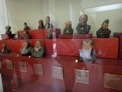 Une partie de la vue générale des 36 bustes en terre crues peintes;