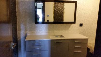 Mueble de baño negro y gris