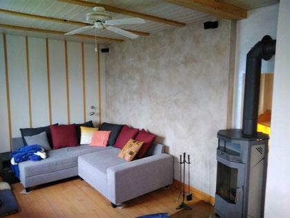 Warmwasser-Lehmwandheizung Wohnzimmer, farblich gestaltet