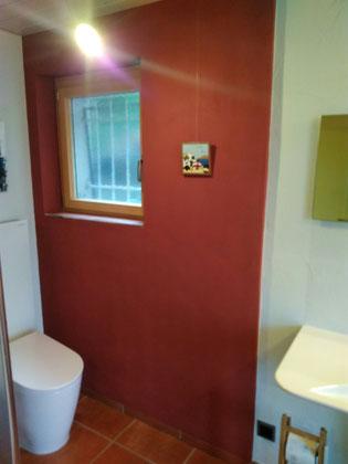 Warmwasser-Lehmwandheizung Bad, farblich gestaltet