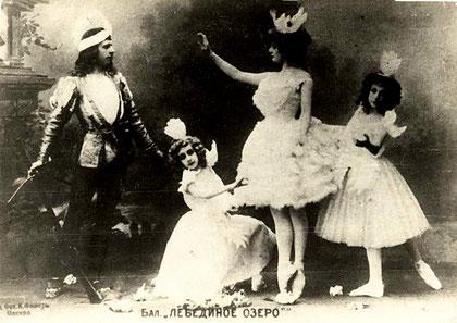 Adelaide Giuri como Odette y Mikhail Mordkin como Príncipe Siegfried en montaje de 1901 en el Teatro Bolshoi, Moscú.
