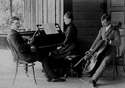 Janne tocando violín con su hermano Kitty (violonchelo) y su hermana. Fotografía de fines de los años ochenta o principios de los noventa (ya que más tarde Sibelius dejó de tocar instrumentos).