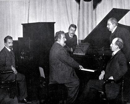 Ruggero Leoncavallo grabando para Welte-Mignon el 08 de diciembre de 1905 en Leipzig. A la izquierda, Karl Bockisch; de pie a la derecha, Hugo Popper; sentado a la derecha, Julius Feurich. 1906.
