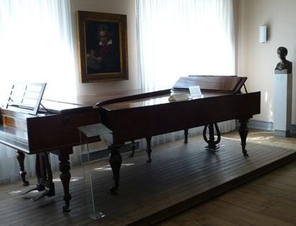 Pianos de Beethoven. Beethoven-Haus, Bonn. En la pared se puede ver el conocido retrato confeccionado por Stieler's.