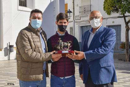 (Izqd a Dcha): José Manuel Fernández Rivera, Concejal de Cultura; Mario Sánchez y Eduardo Ordóñez, Presidente de Asociación Andaluza de Escuelas Taurinas 'Pedro Romero'