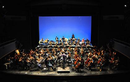 Das Jugendsinfonieorchester Aachen und einige Mitglieder des Sinfonieorchester Aachen bei der Generalprobe zum 4. Familienkonzert unter der Leitung von Mathis Groß.