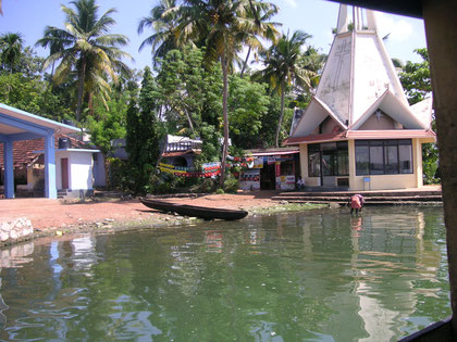 Mit dem Passagierschiff ab Kolam Hafen