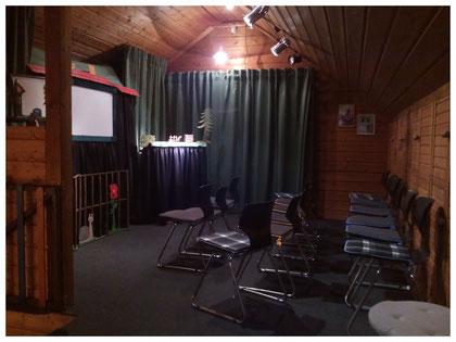 Der Bühnenraum mit Nadelfilz und nach hinten verlagerter Bühne.