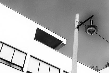 Haus Mies-van-der-Rohe Gartenseite. Zeitgenössische Strassenleuchte. Partielle Pseudosolarisation © Dr. Ralph Fischer