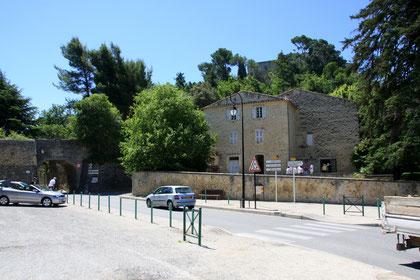 Bild: Parkplatz am Eingang zum Ort mit Blick auf Schloss Ansouis