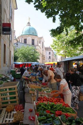 Bild: Markt vor der Kathedrale, Apt