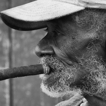 Alter Mann mit Zigarre