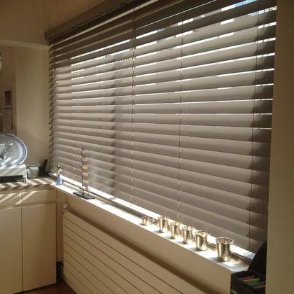 Store bois dans une cuisine pour isoler de la chaleur et de la vue
