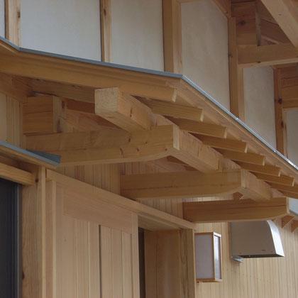玄関の雨よけ。ここも木組みの伝統工法を用いた職人の仕事。