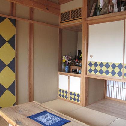 襖の幾何学模様が目を引く和室
