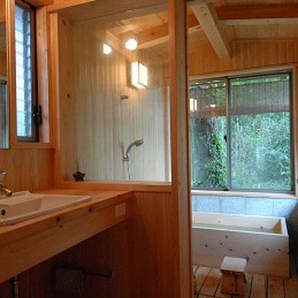 洗面・浴室・浴槽すべて無垢材を使用