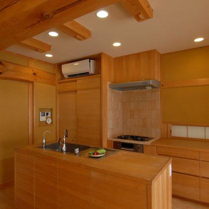 無垢材を使用した木製建具のオープンキッチン