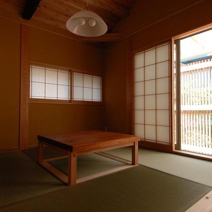 畳・障子・漆喰壁と純和風な落ちついた雰囲気の和室