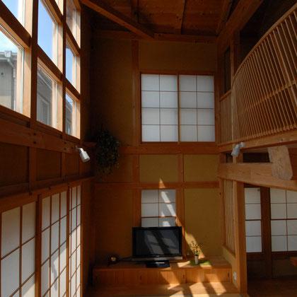 2階部分の木製手すり柵がアーチ状に