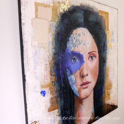 abstraktes, blaues Mixed Media Gemaelde Gesicht Frau mit Blattgold