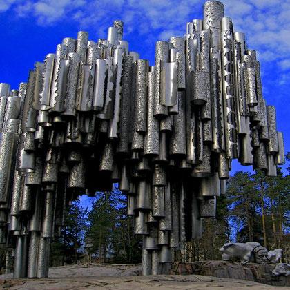Monumento creado por Eila Hiltumen, encargado por el Gobierno Finlandés en 1957. Parque de la ciudad de Helsinki.