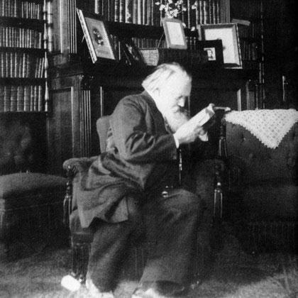 Johannes Brahms en la biblioteca de Victor von Miller zu Aichholz, 1894.