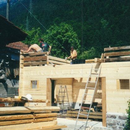 Das untere Stockwerk besteht aus neuem Holz, das obere aus Altholz von abgerissenen Holzbauten im Kanton.