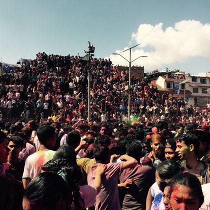 Menschenmassen strömen zum Kathmandu Durbar Square.