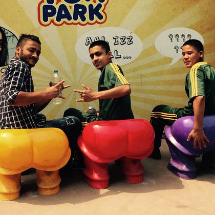 Dipendra, Surendra und Dinesh zeigen ihre farbfrohen Hinterteile.