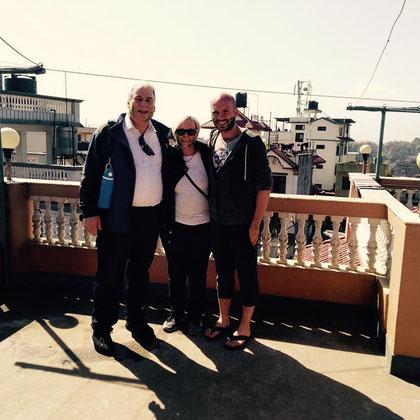 Mit Angelika und Chris auf dem Dach des alten Dhapasi-Hauses. Da hielt sich die Farbpracht noch in Grenzen.