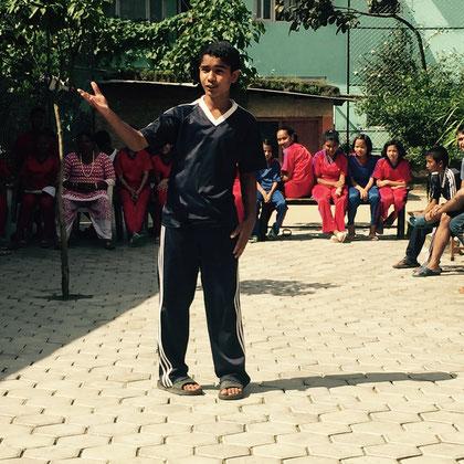 Von Natur aus selbstbewusst präsentiert Prakash seinen kleinen Vortrag, …