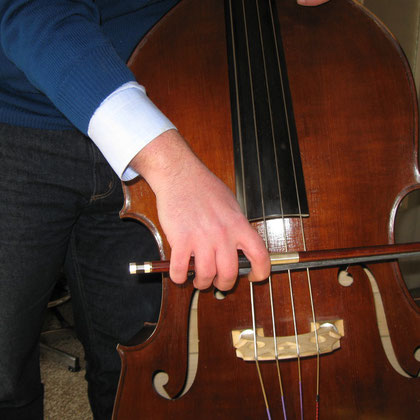 """Fingers in a quite good position (it's not the best ... simply MY bow: the wrapped hold bow"""")"""
