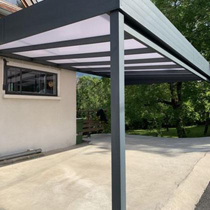 Carport en aluminium à toit plat, design moderne et garantie 10 ans. Idéale pour protéger vos voitures des intempéries.