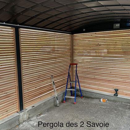 Garage ou Carport, deux solutions en une pour protéger un véhicule ou créer un petit atelier. Combinés avec les rubans LED et les parois en bois ou en aluminium.