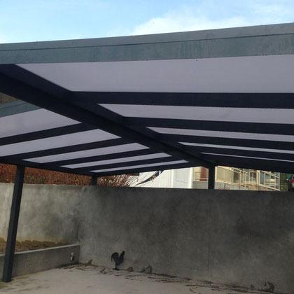 Un carport de Verasol à côté de votre habitation assure la protection de votre voiture pendant toute l'année