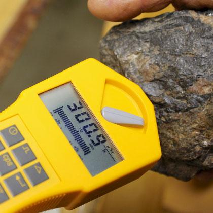 Messung an einem Brocken Pechblende (Uranerz)
