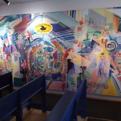 Gestaltung der Theaterwände durch eine russische Künstlerin.