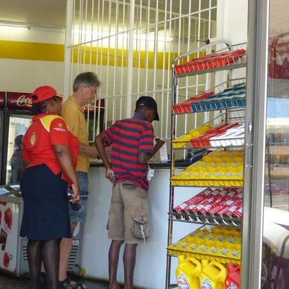 Kassierer an der Tankstellenkasse sitzt hinter Gittern