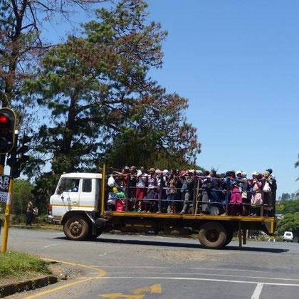 Busersatz - Arbeiter werden zur Arbeit gefahren