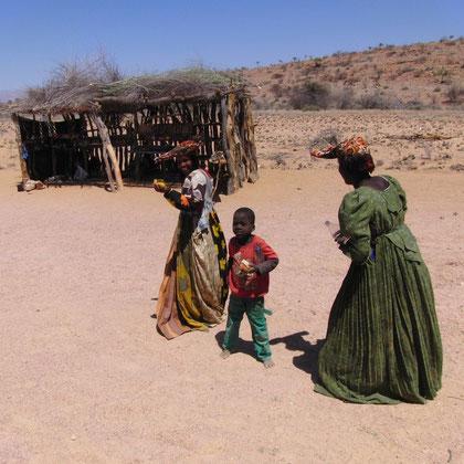 Kind freut sich über Süßigkeit und die Frau über eine Flasche Wasser
