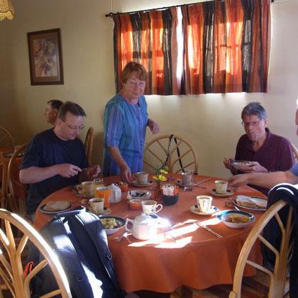 ein ausgiebiges Frühstück im Onganga Hotel