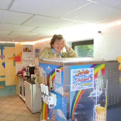 Eisverkäuferin wartet auf Kundschaft