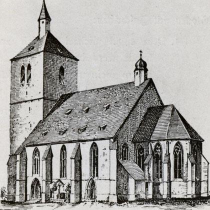 Der wuchtige Turm an der Westseite war auch Teil der militärische Befestigungsanlage Mendens
